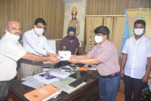 जिल्हा शल्यचिकित्सक यांचेकडे ही इंजेक्शन देतांना डॉ.मिलिंद कुलकर्णी, पंचायत समिती सदस्य मिलिंद मेस्त्री उपस्थित होते.