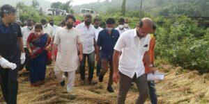 कोकणातल्या शेतकऱ्यांना धीर देताहेत डॉ. निलेश राणे