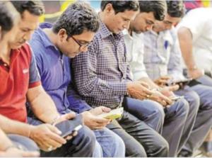 देशातील नागरिक सलग ३ तास स्मार्टफोन  व्यतित करीत आहेत !!