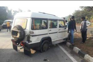 मुंबई-गोवा महामार्गावर बोलोरे गाडीचा टायर फुटून अपघात..