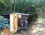 बोलेरो पिकअप ८ फूट खोल दरीत कोसळली, दोन महिला जखमी ; पाडलोस येथील घटना
