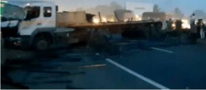 पुणे-सोलापूर महामार्गावर तीन वाहनांचा विचित्र अपघात..