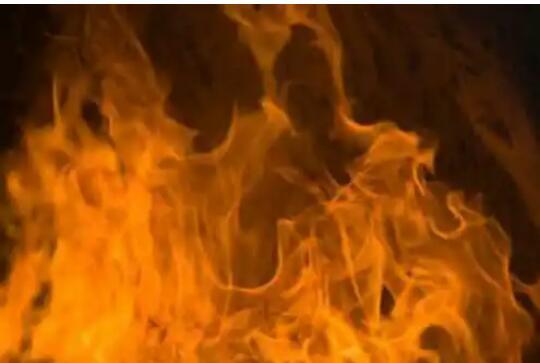 धक्कादायक! नातेवाईकांनीच तरुणाला खांबाला बांधून जिवंत जाळले…