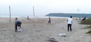 आचरा पर्यावरण प्रेमींनी समुद्र किनारा केला स्वच्छ