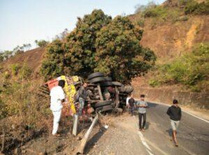 टायर फुटून करूळ घाटात ट्रकचा अपघात : दहा वर्षाचा मुलगा बालबाल बचावला….
