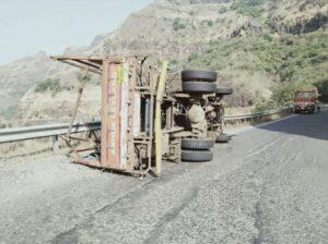 लादीने भरलेल्या ट्रकला करुळ घाटात अपघात…