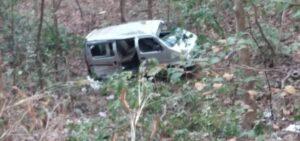 मळगाव घाटीच्या खोल दरीत कोसळली इको कार ; गवारेडा आडवा आल्याने अपघात