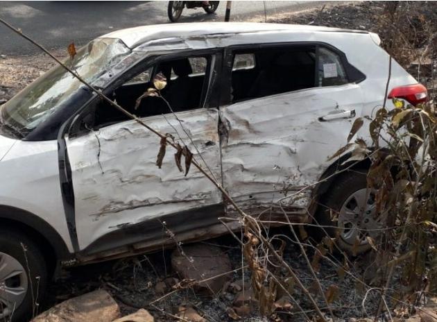 कुपेरी घाटीत कार अपघातग्रस्त…