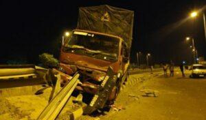 मुंबई-गोवा महामार्गावर कंटेनर ट्रकला अपघात…