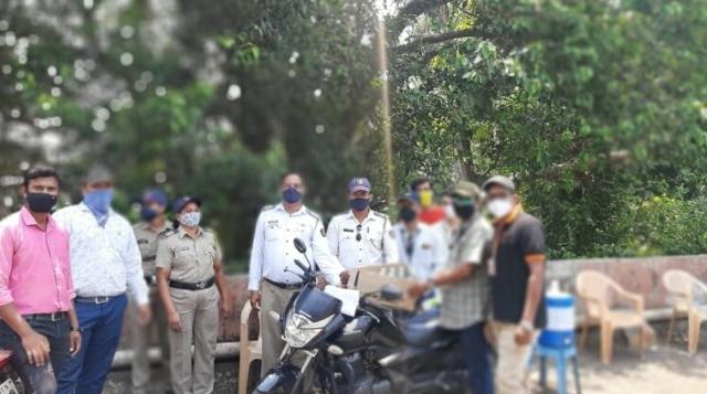 सेवाभावी संस्था सह्याद्री प्रतिष्ठान सिंधुदुर्ग विभाग आणि उर्वी फाऊंडेशन यांच्या वतीने पोलिस कर्मचाऱ्यां पाणी बॉटल व बिस्कीट वाटप..