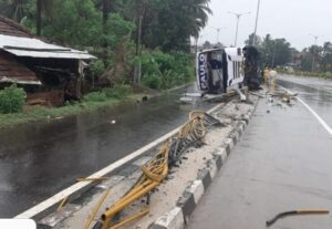 मुंबई गोवा महामार्गावर लक्झरी बसला अपघात; पादचारी ठार