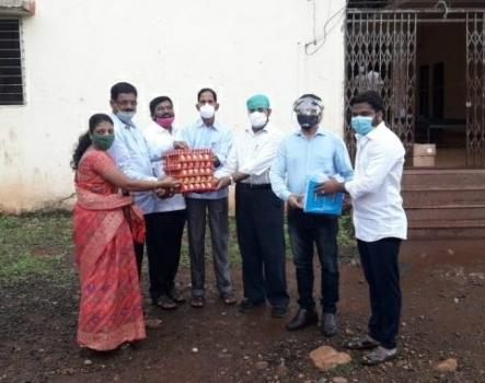 वैभववाडी सांगुळवाडी कोवीड सेंटरमधील रुग्णांना गावठी अंडी वाटप
