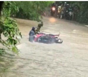 Read more about the article साळगांव येथे पुलावर आलेल्या पाण्यातून मोटारसायकल घेऊन जाण्याची मस्ती आली अंगलट