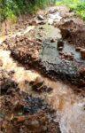 अतिवृष्टीमुळे मौंदे येथील रस्ता पुराच्या पाण्यात गेला वाहून