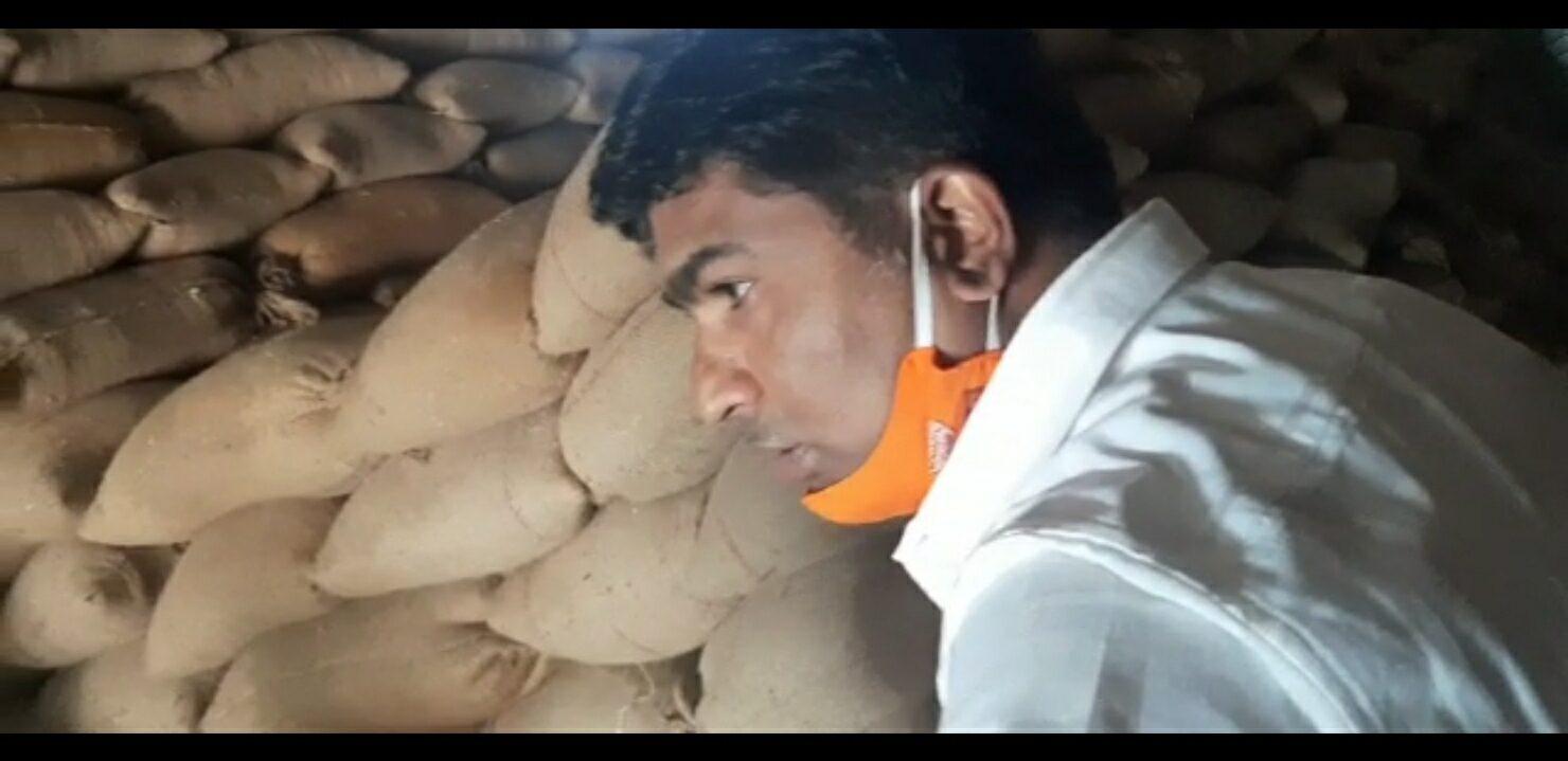 You are currently viewing वेंगुर्ले येथील धान्य गोदामास मनसेची अचानक भेट. धान्याच्या गुणवत्ते बाबत केली पाहणी…