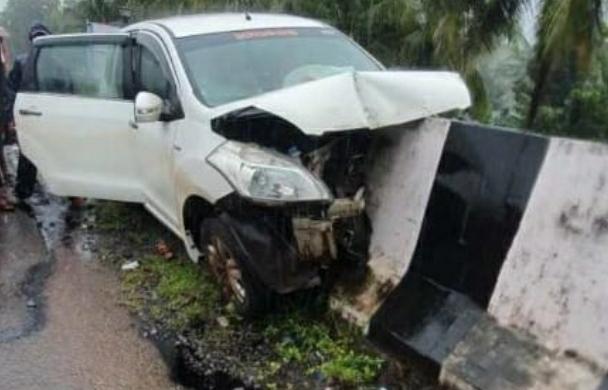 You are currently viewing मुंबई गोवा महामार्गावर वागदे टेंबवाडी येथे कार अपघातात तिघे जखमी
